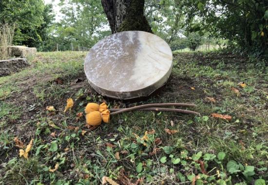 Tambour rond sous arbre